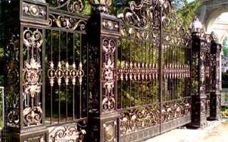 Ажурный забор из металла с железобетонным основанием