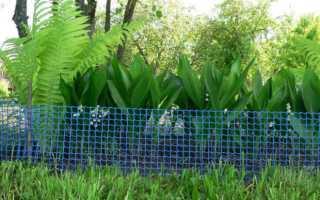Бюджетный забор на даче из фасадной сетки своими руками