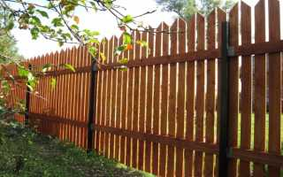 Деревянный забор на металлических столбах своими руками