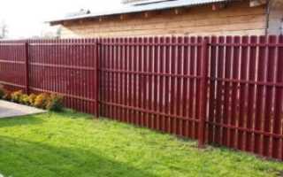 Забор из металлического штакетника и профиля под дерево — фотогалерея