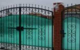 Кованый забор с поликарбонатом и элементами ковки — фото