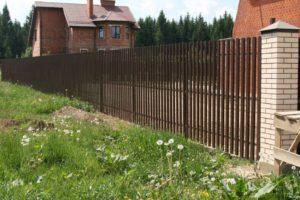 Возводим металлический решетчатый забор для дачи своими руками
