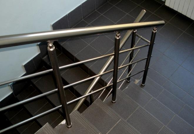 алюминиевые перила на лестнице