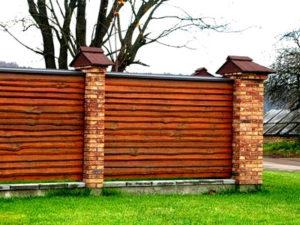 Делаем комбинированный забор из камня и дерева