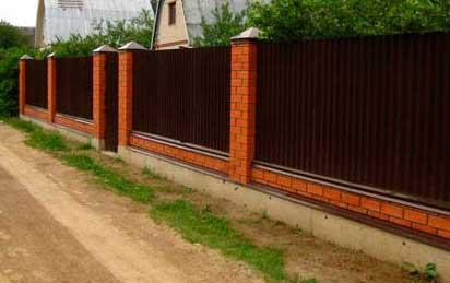 забор из кирпича и профнастила