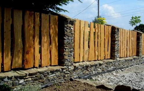 забор из досок и камня