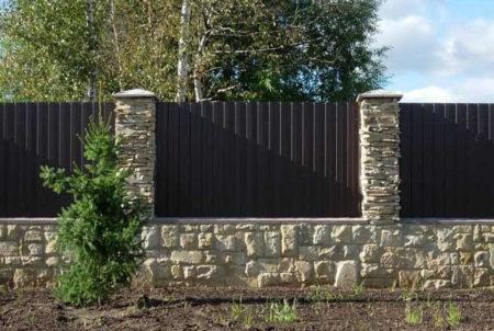 каменные столбы забор