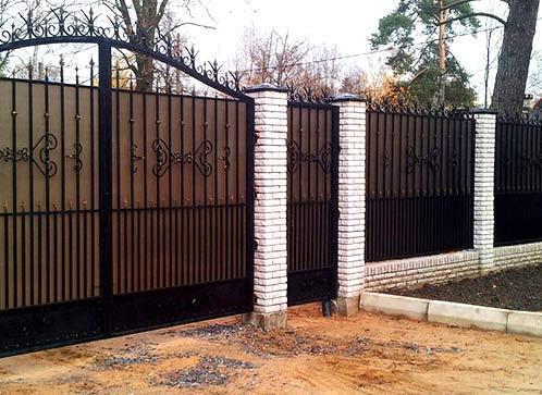 забор из поликарбоната и кирпича
