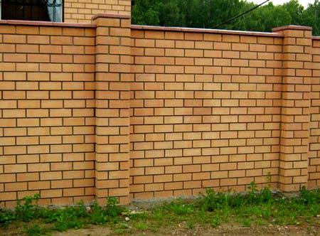 забор и кирпича