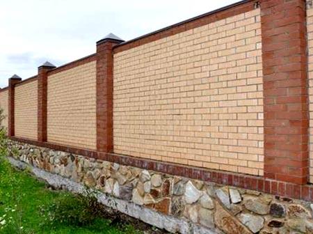 монолитный кирпичный забор