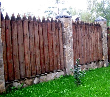 комбинированный забор из бревен