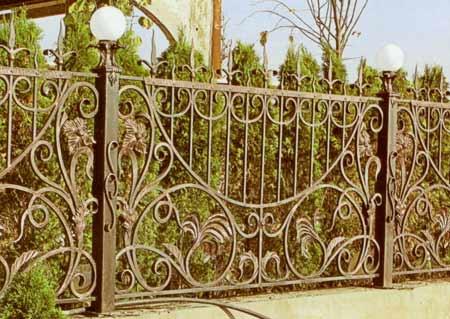 кованый забор с фонарями