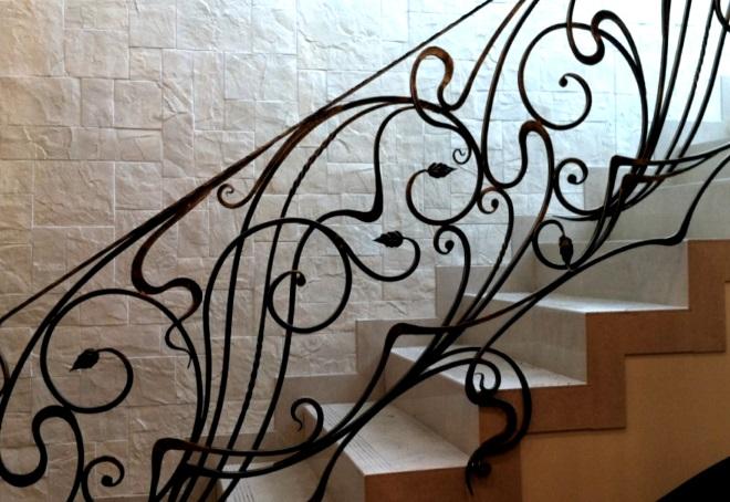 кованые перила на лестнице