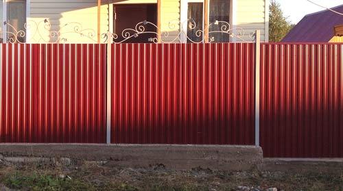 красный забор