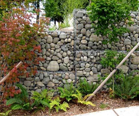 забор из габионов в ландшафте