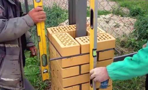монтаж кирпичного столба