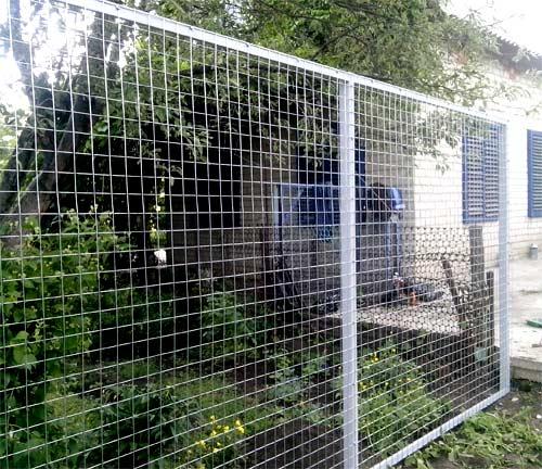 забор из оцинкованной сетки
