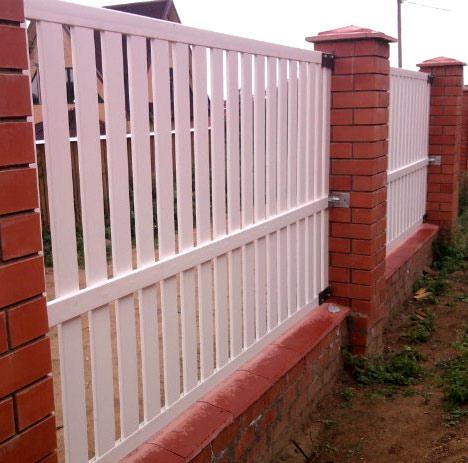 забор из пластиковых досок