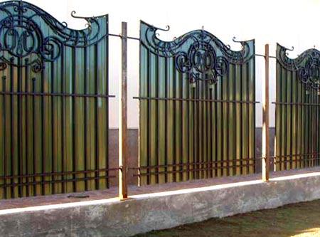 кованая ограда с поликарбонатом