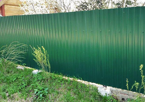 забор зеленого цвета