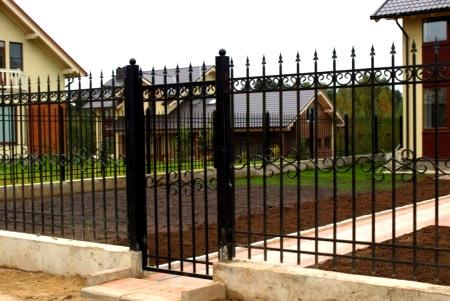ограда из металлических прутьев