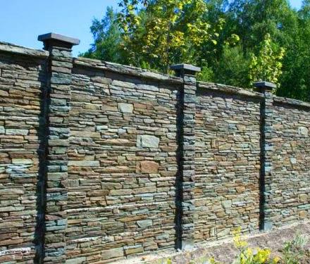 забор из рваного камня