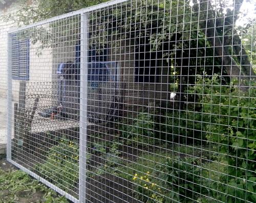 ограда из оцинкованной сетки