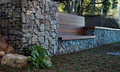 скамейки встроенные в забор