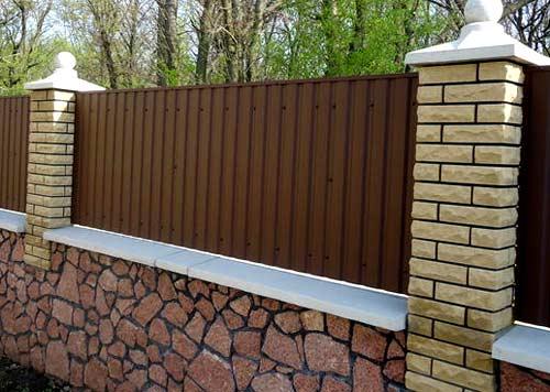 забор из сайдинга и кирпича