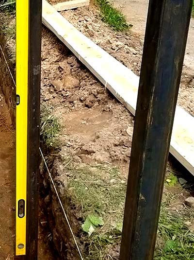 установка столбов калитки