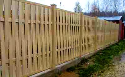 вертикальный плетенный забор из досок