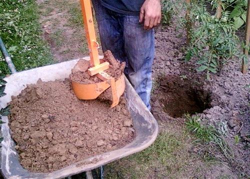 копание ямы для столбика