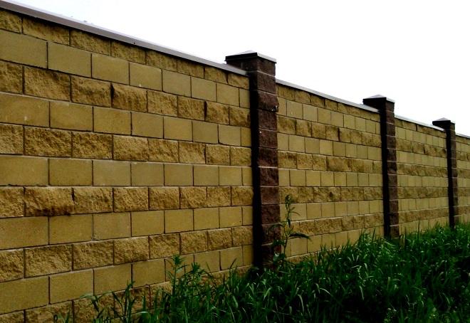 забор из блоков рваный камень
