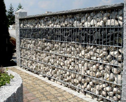 забор из сетки и камня