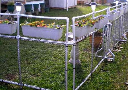 забор из пластиковых труб