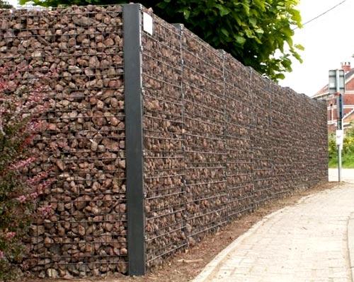 забор из сетки заполненной камнями